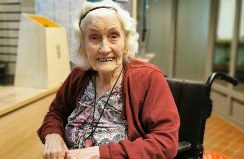 TYDELEG: Oline Øvrebotten, 102 år gammal, har vore og stemt.