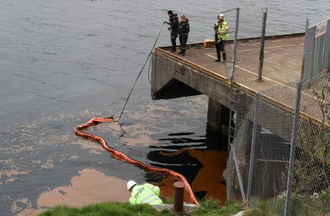 LEGG UT LENSER: Politi og brannvesen er på plass ved Gunhildvågen i Florø, der det no blir lagt ut lenser. Foto: Firdaposten