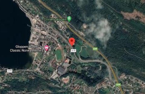 I GRØFTA: Fredag morgon var ein sjåfør uheldig, og hamna med bilen i grøfta i Breimsvegen på Sandane.