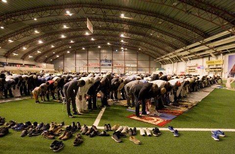 Bønn og feiring: Rundt tusen muslimer fra Fredrikstad var til stede under fredagens Id-feiring i Østfoldhallen. Dagen markerer slutten på fastemåneden Ramadan.