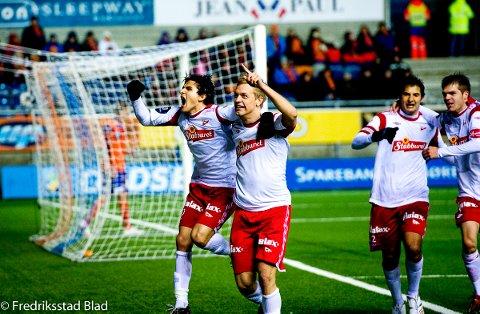 Mads Hansen ble ingen målmaskin i FFK, men her jubler han sammen med Tarik Elyounoussi i 2011 etter å ha scoret mot Aalesund i Tippeligaen. Nå kan han bidra til å redde FFK fra direkte nedrykk til 2. divisjon.