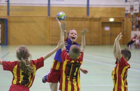 MÅL: Rolvsøys Mathea Brevik (9) banket ballen i mål etter dette fine opphoppet. Alle foto: Victor Engebretsen