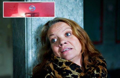 UHYGGELIG: Camilla Eidsvold fikk en uhyggelig melding risset inn i bilen. (Foto: Privat/Fredriksstad Blad)