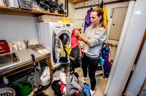 Fellesvask: Pia Graham og de andre ansatte i Huser gårdsbarnehage sørger for at barnas yttertøy er rent hver eneste dag. Barna trenger ikke å bruke egne dresser og regntøy, barnehagen står for alt.