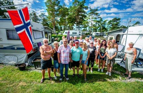 OPPRØRTE: Denne gjengen på Bevø Camping er opprørte over rådmannens forslag om å avvikle campingplassen og har liten tro på at plassen der campingvognene står i dag vil bli mye brukt og godt vedlikeholdt om det skjer.
