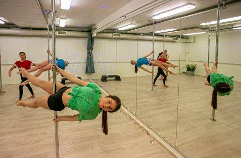 POLEMORO: Polefitness er blitt veldig populært i akroparken. Da FB var innom, var det blant annet Sofia Pereverza (16, foran) og Lara Gül (16) som svingte seg i stengene, mens instruktør Kinga Szostak (25) hjalp jentene.