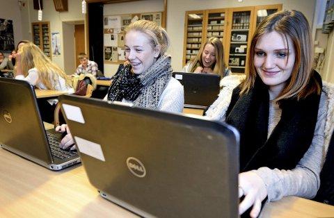 Gammel ordning: Elevene har lenge fått dekket pc av Østfold fylkeskommune. På bildet, som er tatt i 2014, ser vi Jenny Strømnes Holme (til venstre) og Tuva Bjerkebakke, som var elever ved Frederik II. (Arkivfoto: Geir A. Carlsson)