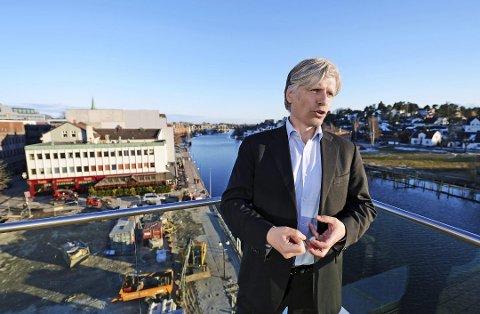 Statsråden oppretter ekspertutvalg for farlig avfall: Ola Elvestuen, her under et besøk i Fredrikstad for noen år siden, kommer ikke med noen avklaring for Kronos Titan. (Arkivfoto: Geir A. Carlsson)
