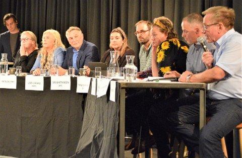 DEBATT: F. v: Stefan Løkse (stående), Anne Marte Frestad (H), Anita Vik (Frp), Lino Lubiana (Krf), Siri Martinsen (Ap), Trond Svandal (V), Camilla Sørensen Eidsvold (SV), Erik Skauen (MDG) og Hans Ek (Sp)
