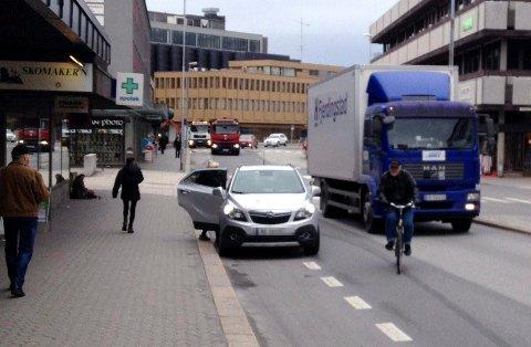 Dette skaper farlige situasjoner, skriver Kjetil Catillus Johannessen. Han oppfordrer politiet til å slå hardt ned på bilister som planter bilen i sykkelfeltet.