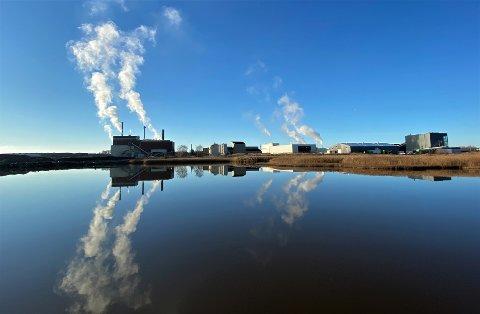 Det nye renseanlegget skal bygges på en ubebygd tomt til høyre for Frevars energigjenvinningsanlegg på bildet. Nå må Fredrikstad bygge sitt eget anlegg.