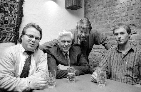 Første konstituerende møte i den nye venneforeningen til Fredrikstad Bryggeri ble avholdt på Fredrikstad Bryggeris  gjærhus den 7. april i 1989: Visepresident Dag Solheim (fra venstre) sammen med president Ronald Pedersen, daværende direktør Jan Kiønig og Sigurd Johansen.