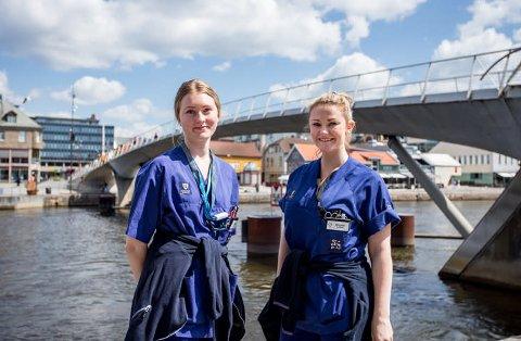 Sykepleierne Maria B. Rugland(til venstre) og Birgitte Jensen har vært sommervikarerer i hjemmesykepleien i fjor. Begge fikk fast jobb etter endt utdanning.