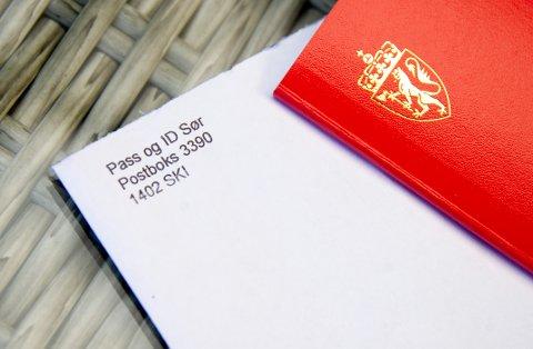 En Fredrikstad-mann reagerer på at pass og ID-kort ble sendt i posten i en merket konvolutt fra politiet. Han får støtte fra sikkerhetsekspert.