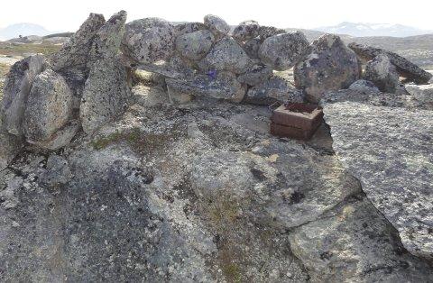 SPOR: Dette er en av de 600 stillingene fra krigen som Narviksenteret har kartlagt. Det er et problem at folk plukker med seg krigsetterlatenskaper fra fjellheimen.Foto: Jan Rognmo/Narviksenteret