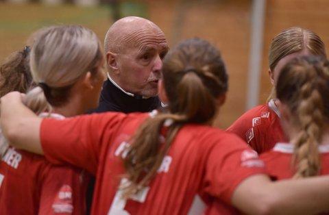 Trener Tom Jakobsen gir spillerne tydelige beskjeder