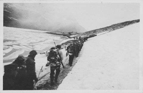 BITTERHET: Duknakkede norske soldater trekker seg tilbake fra Bjørnfjell 10. juni 1940. Bitterheten var stor. Fienden var i god klemme opp mot svenskegrensen da ordren kom.