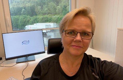 STOLT: Astafjord slakteri har gitt sommerjobb til 21 ungdommer på lakseslakteriet. 18 av ugndommene er fra Gratangen. De har fått jobb i alt fra tre til åtte uker. – Jeg er kjempestolt over det vi gjør nå, sier HR-leder Jorunn Bertelsen.