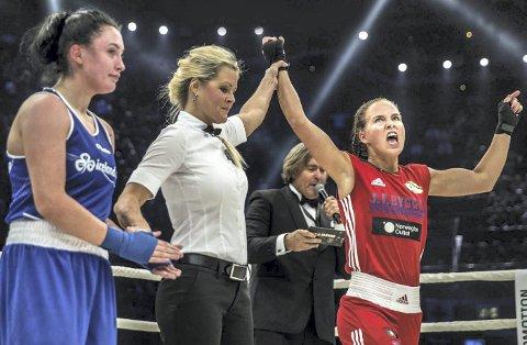 VINNEREN: Connie Aas som ringdommer utroper en vinner i Oslo Spektrum. Der samlet Cecilia Brækhus 10.000 tilskuere. - Boksing går ut på å vinne kampen, ikke å skade motparten. Media er med på å skape et bilde av boksesporten som ofte ikke samsvarer med virkeligheten, sier Connie Aas, tidligere aktiv bokser.