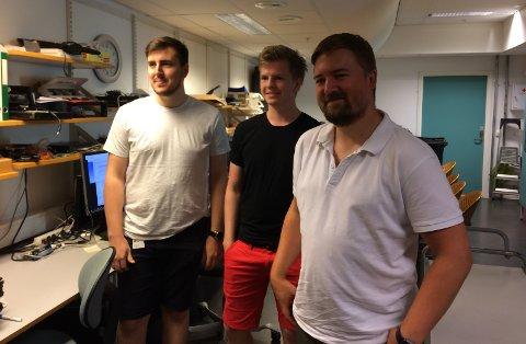 FÅR ROS: De to lærlingene Herman Klowning (til venstre) og Magne Opstad (midten) får gode tilbakemeldinger fra veileder Lasse Evjensvold.