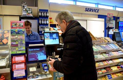 MÅ LEGGE NED: Kjøpmann Jon Johansen synes det er kjempetrist at Narvesen-kiosken på Sjøsiden skal legges ned.