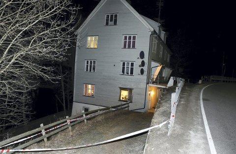 FUNNET DØD: En kvinne i 50-åra ble funnet død i dette huset i Johnsebakken på Flisa, onsdag kveld. Hennes ektemann i 40-åra, er nå siktet for å ha drept henne. Allerede draps-kvelden var det kriminalteknikere på plass på åstedet for å gjennomføre undersøkelser. I tillegg er avdøde sendt til obduksjon. BILDER: TERJE PEDERSEN, NTB