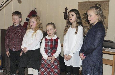 TOBAGO: Koret Tobøl barnegospel sang jula ut på juletrefesten på Tobøl bad lørdag. Fra venstre Anders, Vilda, Ingeborg, Linn-Julie og Alise.