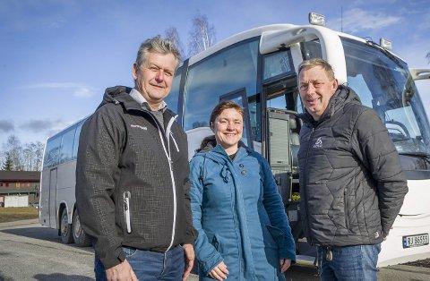 STØTTE: – Uten god hjelp hadde jeg aldri klart å etablere ny bussrute til Gardermoen, sier Terje Kvesetberget (t.h.). Kommune- og fylkespolitiker Eli Wathne og næringsutvikler i Hedmark kunnskapspark, Stian Gulli Hanssen, er blant dem som har bistått i prosessen.FOTO: JENS HAUGEN