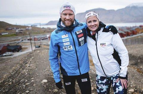 844 kilometer: Jimmy Vika (t.v.) fra Kongsvinger er i gang med «20-20-prosjektet». 38-åringen skal løpe 20 maraton på 20 dager på 20 forskjellige steder for veldedighet. Det tilsvarer 844 kilometer. Her sammen med prosjektleder i «Right To Play» Thora Ingeborg Dystebakken på Svalbard. foto: Right To Play