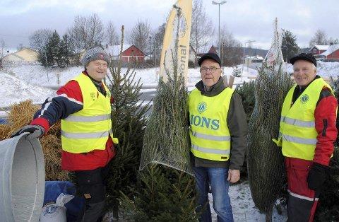 INNTEKTER: Lions-klubben skaffer seg inntekter fra blant annet juletresalg. Her er (f.v.) Øyvind Sagen, Ivar Tovseth og Hallvard Veflen i sving.