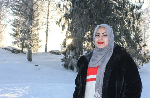 GIR ET INNBLIKK: Aseel Hassan (21) har skrevet leserinnlegg om hverdagsrasismen. og spør seg selv og andre hva det vil si å være «norsk nok».