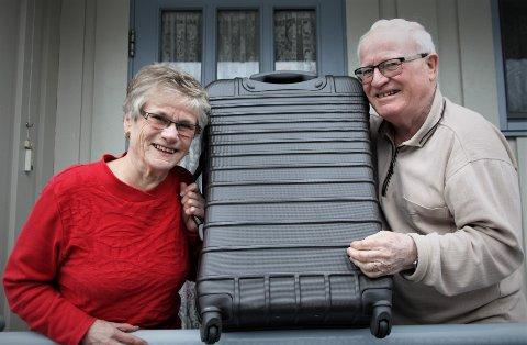 REISELYST: Karin og Arne Strand har kofferten klar for nok en tur med Kjetils Bussreiser.