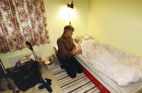Svak og utmattet: Olaug Bollerud (90) ett døgn etter at hun hadde bestemt seg for ikke å spise eller drikke noe mer. – Jeg vet ikke hva jeg mer kan gjøre, sier en fortvilet sønn Tore Johan Bollerud. Foto: Pål Nordby