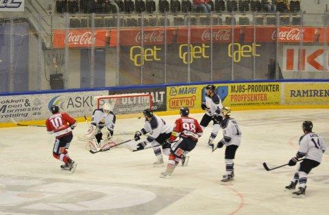 Hele seks ganger måtte Grüners målvakt se pucken forbi seg. Her scorer Petter Grønstad 5-2-målet, assistert av Jacob Lundell Noer og Stein Tore Bakken.