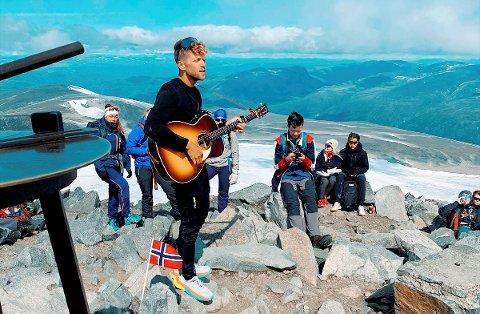 Daniel Kvammen holdt konsert på toppen av Galdhøpiggen 20. juli.