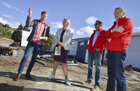 PÅ FRØYSTADTUNET: Harald Tyrdal, Kjersti Stenseng. Nils Erik Mossing (4.-kandidat) og Terje Vestby (9.-kandidat) til høyre.