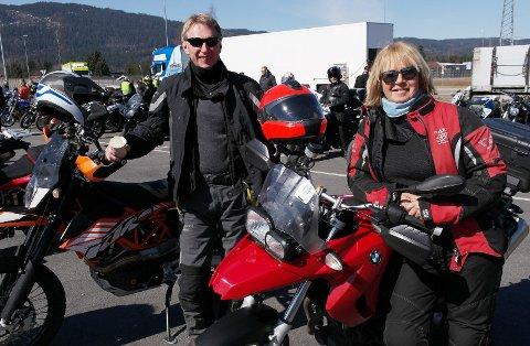 """PAR PÅ TUR: De erfarne motorsykkelentusiastene Anders Dihle og Liv Marit Sangnæs fra Grindvoll har i mange år tatt turen til Minnesund og kjører deler av """"Mjøsa Rundt"""" turen i mange år."""