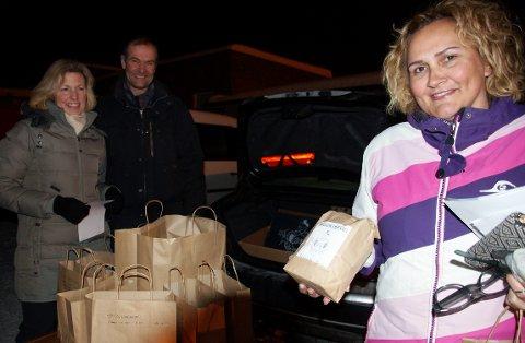 FØRSTE KUNDE: Tone Lærum var Tor Andreas og Elisabeth Faye Gaarders første kunde. De selger blant annet emmermel fra Helgum Gård.