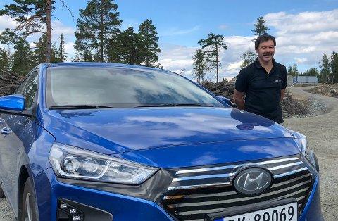 NY BIL: Lars Olav Jensen er en av dem som har kjøpt ny elbil, en Hyundai Ioniq, i år. – Det er en deilig følelse når jeg kjører utslippsfritt, sa han til Hadeland i sommer.
