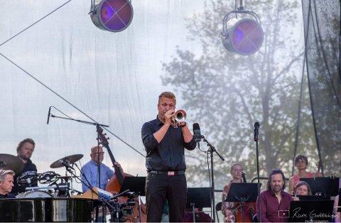 SOLIST: Thomas Petersen framførte «The Godfather Walz» under Røykenvik spesial fredag kveld.