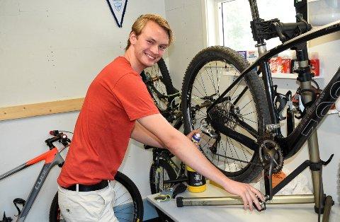 DAG OTTO-LAND: Herman Paulsen fra Harestua tar med seg sykkelen til Dag Otto-land, også kjent som Grimstad.