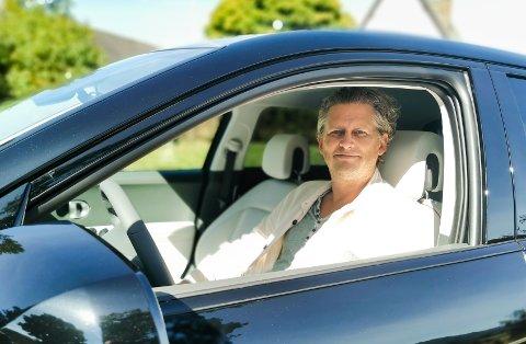 BAK RATTET: Frank fikk den nye elbilen sin i juli. Nå har denne modellen inntatt salgstoppen på Hadeland.