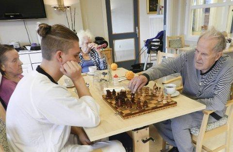 SJAKK: Jonas Einarsen (18) og Harald Carlsson (87) har spilt sjakk 60 ganger. Harald har vunnet 40 av dem.