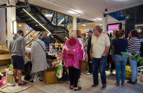 Det ble tett med folk på Halden Storsenter mandag da Luksusfellen åpnet loppemarked for Christina Hermansen.