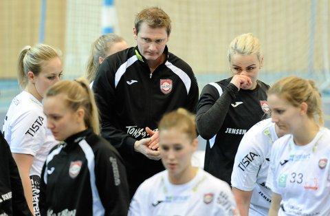 Etter en tøff uke, ledet Jan Thomas Lauritzen sine jenter til kamp mot Stabæk søndag.