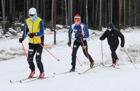 Filip Glittenberg Holt (tv), Johan Unneberg og Håkon Skar legger mildt sagt ned noen treningstimer i Tistedalen Skianlegg.