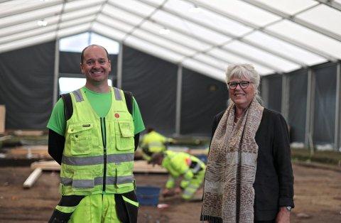 MULIGHETER: Christian Løchsen Rødsrud, prosjektleder for utgravningen av Gjellestadskipet, viste ordfører Anne Kari Holm omkring på utgravingsområdet i sommer. Nå skal det settes ned en arbeidsgruppe som skal se på mulighetene funnene i Berg gir Halden.
