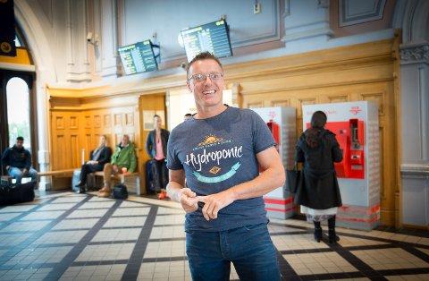 PÅ REISEFOTO: Snart setter Ole Røhnebæk seg på toget og blir borte et halvt år.