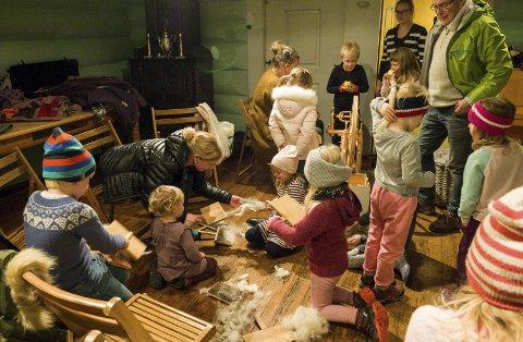 KARDING AV ULL: Dei unge kulturskuleelevane som kvar veke møtest i Agatunet får blant anna læra om ull frå ho sit på sauen til ferdig produkt.