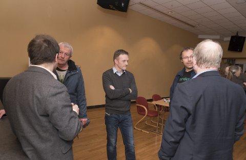 Diskusjon: NVE arrangerte informasjonsmøte om utlanlandskabel frå Simdal til Skottland både i Bergen og i Eidfjord. I Bergen møtte det berre om lag 25 personar. I Eidfjord mellom 60 og 70. F.v. Øyvind Ottersen (Northconnect), Rolf Jensen, Kyrre Nordhagen (Northconnect), Jostein Hovland og ordførar Tveit.